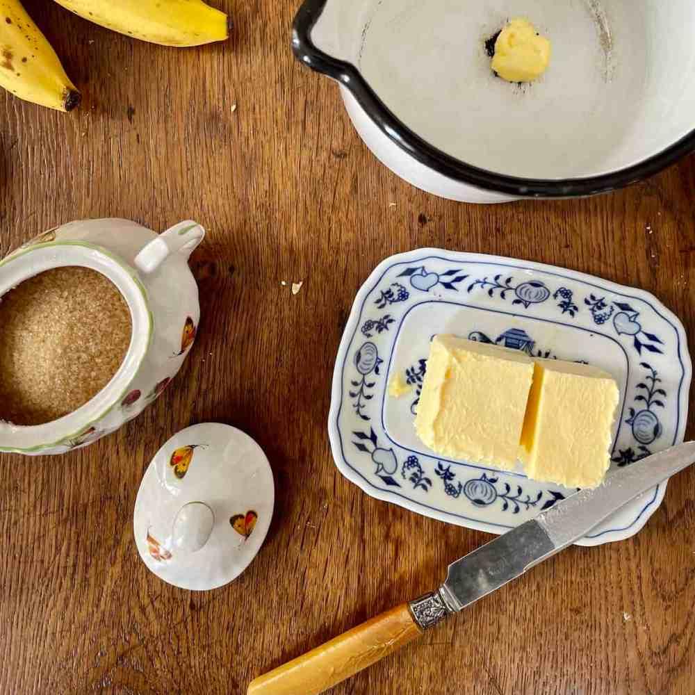 Butter und Zucker wiegen.
