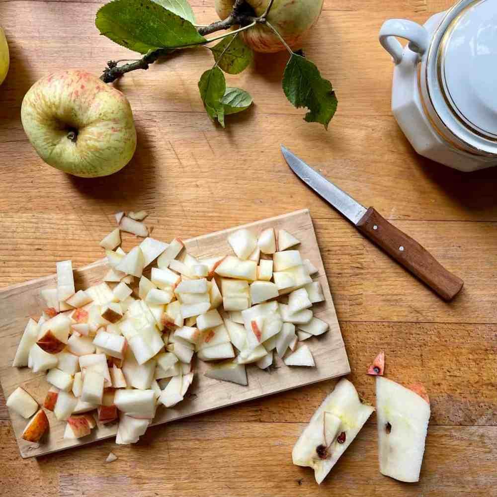 Apfel in Stückchen schneiden