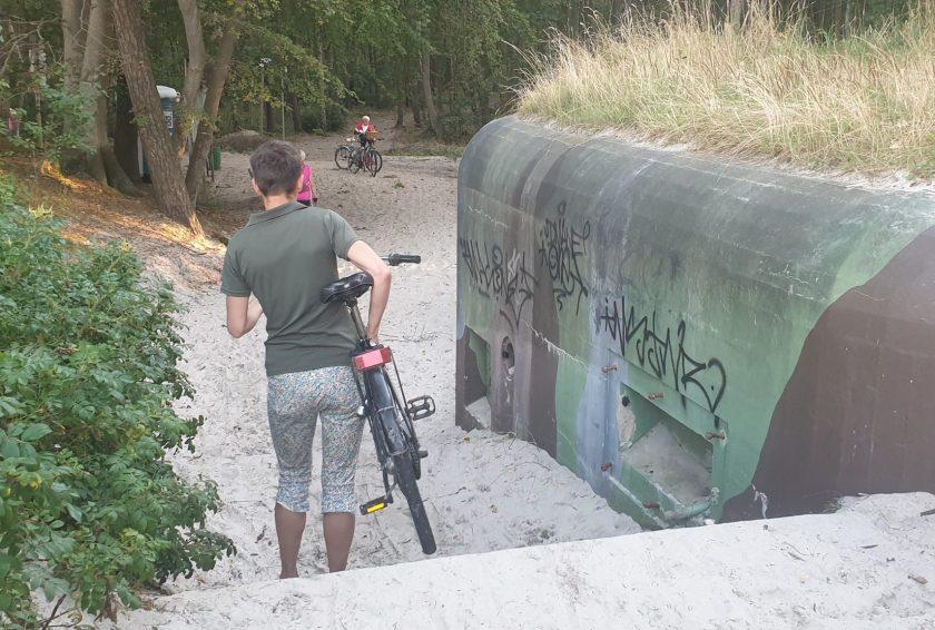 Auf der Strandseite von Hel stehen bunt bemalte Bunker in Polen