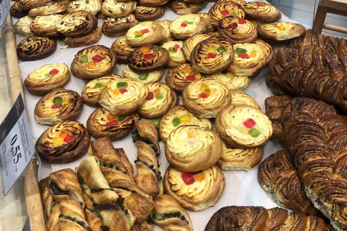 Süßgeback und Croissants im Supermarkt Coop in Estland