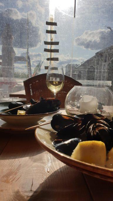 Miesmuscheln und ein Glas Wein in Riga