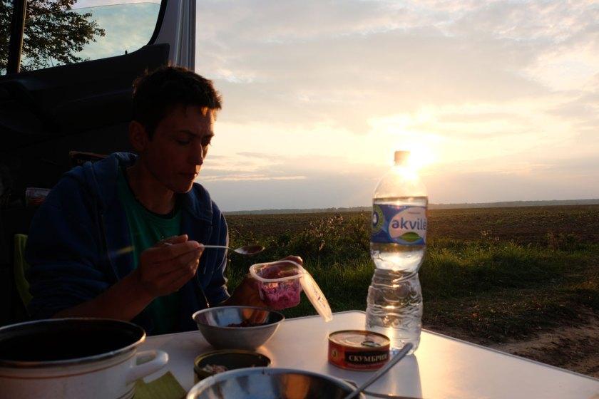 In Lettland beim Abendessen vor dem Wohnmobil in der Nähe der russischen Grenze