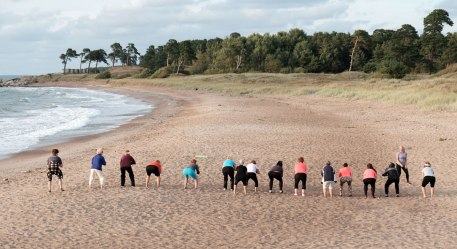 Strandgymnastik in Liepaja an der Seebrücke Ziemelu mols