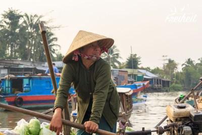 Auf dem Phong Dien Floating Market wird viel im stehen gerudertt