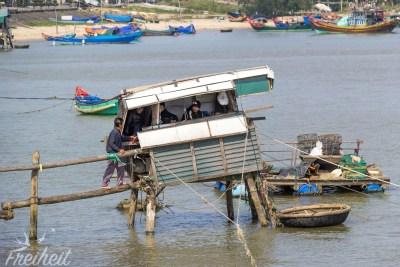 Diese Fischer ziehen im regelmäßigen Abstand...