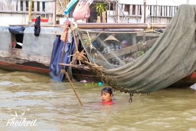 Die Kleine taucht im Mekong
