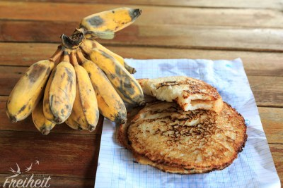 Frühstück ist fertig, Reis-Kokos-Pancakes mit laotischen Bananen. Voll lecker