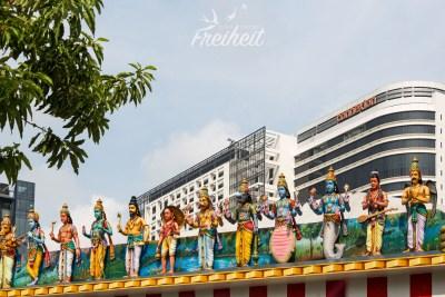 Hinduistische Figuren mitten in der Stadt