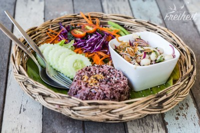 Vegane Leckereien - Roter Reis und eine Art Larb aus langstieligen Pilzen