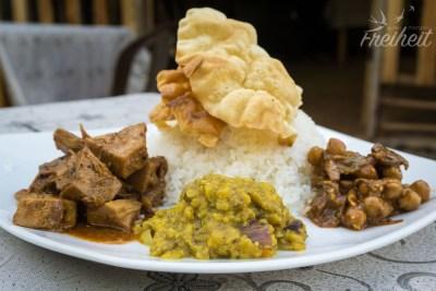 Links auf dem Teller haben wir ein Curry aus der unreifen Jackfrucht - unser absoluter Liebling unter den Currys!!
