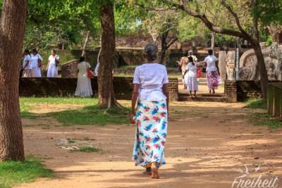 Die Buddhisten in Sri Lanka tragen gewöhnlich weiße Kleidung beim Besuch einer buddhistischen Anlage. Und barfuß natürlich auch ;-)
