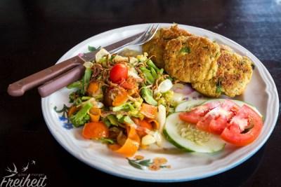 Indonesisches Gericht mit viel Gemüse und Sojabratlingen