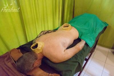"""""""Kati Vasti"""" - Teigkränze gefüllt mit Öl wirken auf der Haut ein"""