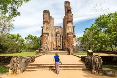 Lankatilaka - 17m hohe und 4m dicke Wände zwischen denen sich ein 14m hoher (kopfloser) Buddha befindet