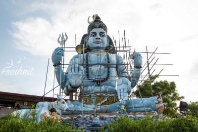 """Die blaue Shivastatue am Thiru Koneswaram Tempel - leider grad """"under construction"""""""