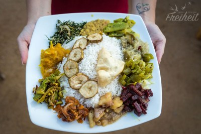 10 verschiedene Currys, die die Köchin nur für uns gezaubert hat - was für ein Luxus!