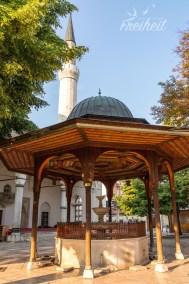 Gazi-Husrev-Beg-Moschee mit dem Brunnen im Vorhof