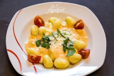 """Und Gnocchi mit """"Käse""""soße und Basilikum"""