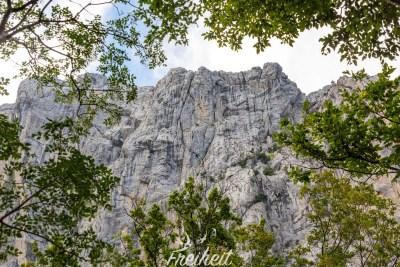 Velika Paklenica - bis zu 700m hoch ragen die Felswände in die Höhe