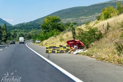 Auf Schnellstraßen und auch auf Autobahnen. Immer wieder wird Ware am Straßenrand feilgeboten. Hinter der Kurve wartet der nächste Weintraubenverkäufer.