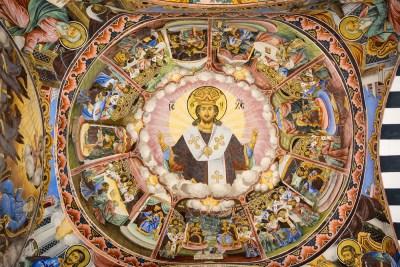 Bunte Fresken im Narthex der Kirche