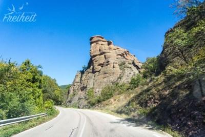 Die ersten Felsformationen auf der Hinfahrt nach Belogradtschik