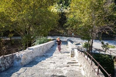 Aufstieg zur Mitte der Brücke