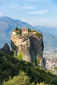 Sehr exponiert liegt das Kloster Agía Triáda - früher konnten Besucher nur per Seilwinde hochgehievt werden