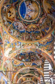Die Wände sind gefüllt mit farbenprächtigen Fresken