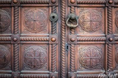 Eine der mächtigen Eingangstüren