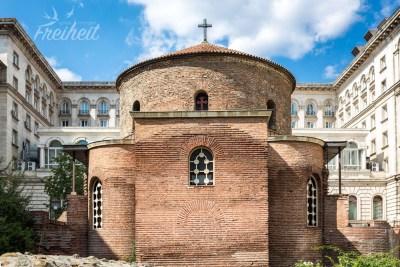 Das Bauwerk aus der Römerzeit liegt im Innenhof des Präsidentensitzes und eines Hotels