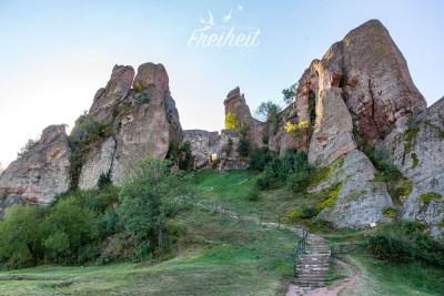 Die Mauern zwischen den Felsen sind die ältesten Teile der heutigen Festung. Die Grundmauern stammen aus dem 1. - 3. Jahrhundert