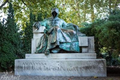 Statue des Anonymus, dem bis dato unbekannten Autoren der Gesta Hungarorum
