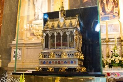 Hier drin liegt die mumifizierte rechte Hand von König Stephan I (übrigens: wer eine Münze einwirft, kann die Hand beleuchten lassen ;-) )