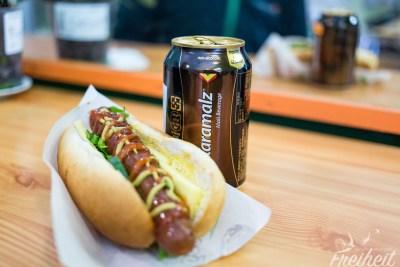 Leckere Zwischenmahlzeit: deutsches Karamalzbier mit Hot Dog - typisch ungarisch eben ;-)