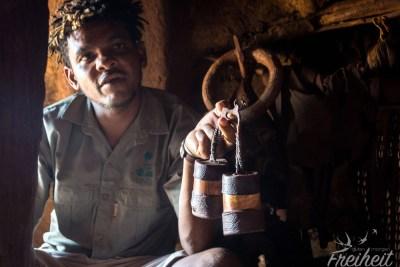 In diesen Behältern befindet sich die rote Farbe für die Haut der Himbafrauen