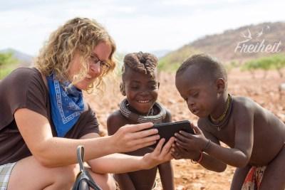 So ein Smartphone finden auch die Himba Kinder spannend!