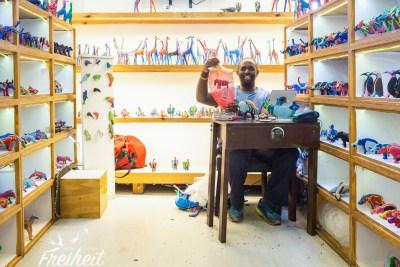 Dieser Mann stellt aus alten Flip-Flops Tierskulpturen her - megacoole Idee!