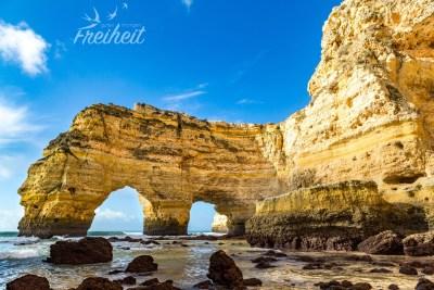 Praia da Marinha mit dem berühmten Doppelbogen