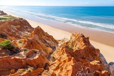 Praia da Falésia - ein langer Sandstrand vor roten Klippen