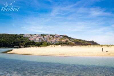 Praia de Odeceixe - im Vordergrund der Fluss Ribeira de Seixe