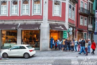 """Lange Warteschlange vor dem veganen Restaurant """"Da Terra"""" - das sei wohl jeden Abend so voll meinte ein Mitarbeiter zu uns :)"""