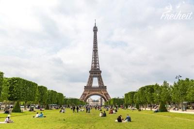 Champ de Mars - die berühmte Grünfläche vor dem Eiffelturm wird tagtäglich von Picknickgästen genutzt