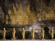 Hunderte von Buddhas zieren den Eingang dieser Höhle.