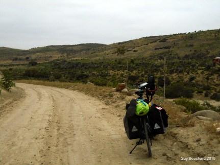 Je remonte du bord de l'océan à Puerto Oscuro sur cette route de gravier entouré de Cactus
