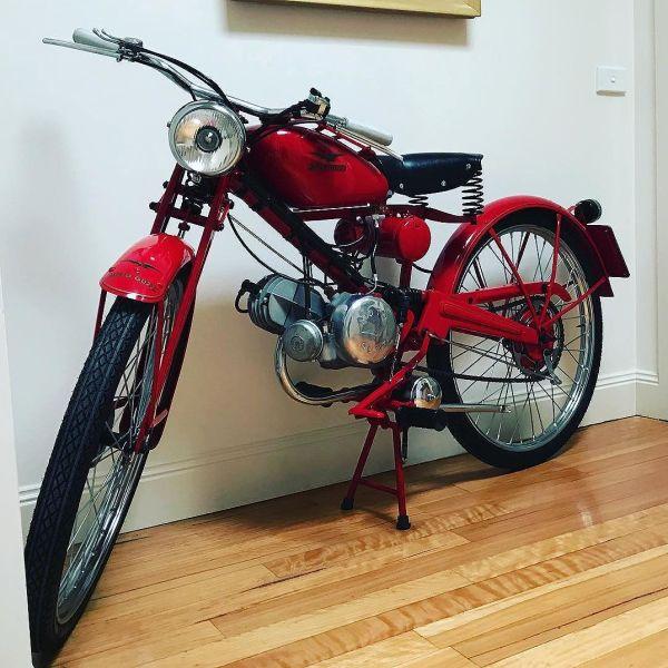 A first in my lifetime. A motorcycle allowed in the house. What better than a 1947 Guzzino A. It is a piece of art. #motoguzzi #guzziraceraus #guzzino