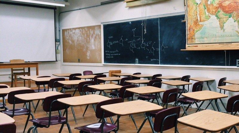 aula,escela,pizarron,docente,cellular, educacion presencial o virtual
