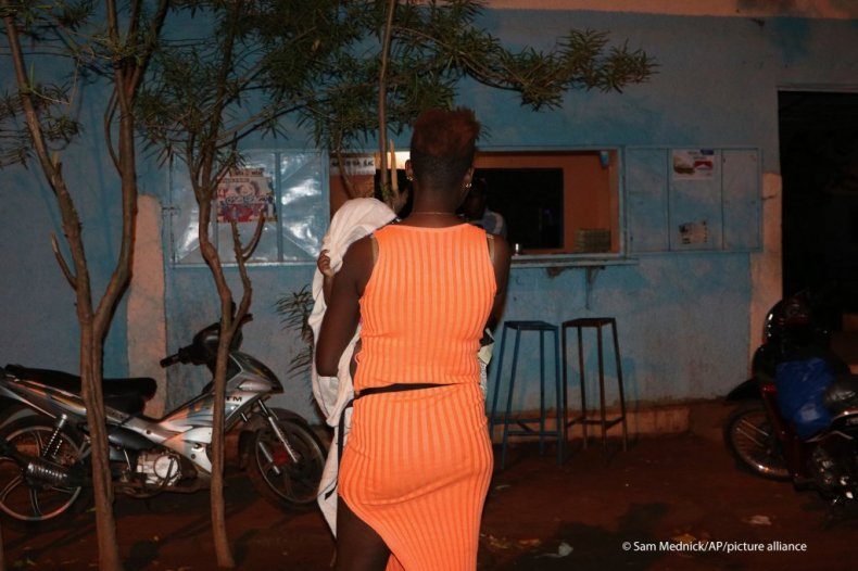 A Nigerian sex worker and her child arrive at a bar in Burkina Faso's town of Bobo-Dioulasso 360 kms West of Ouagadougou, June 6, 2020 | Photo: AP Photo/Sam Mednick