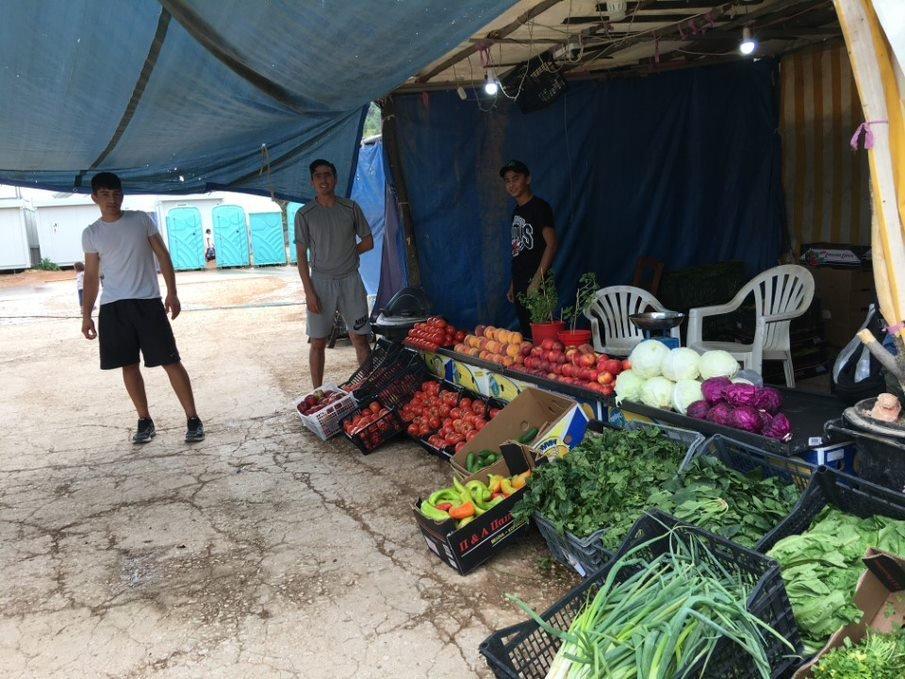 Des résidents de Malakasa vendent des fruits et légumes, en octobre 2020. Crédit : DR
