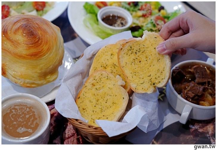 20201110144651 64 - 熱血採訪|台中霸氣牛排館,排餐最低290元起,滿滿牛肉塊羅宋湯免費喝到飽!